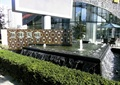 标志墙,喷泉水景,跌水景观,灌木丛,遮阳伞