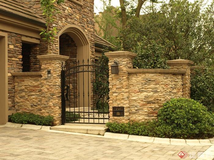 铁艺门,石砌围墙,灌木球,地面铺装,住宅景观