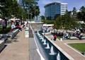 瀑布景观,喷泉水景,园路,地面?#22871;?草坪,矮墙