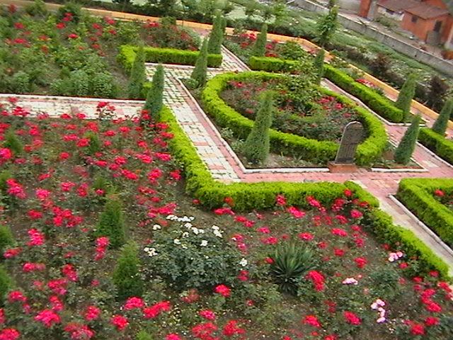欧式风格景观实景图-灌木带石材铺装标志牌花卉植物