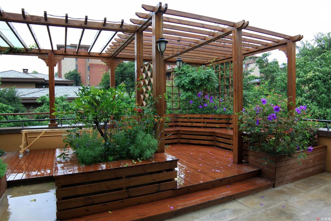三楼露台休闲花园的木质廊架,围合空间感很好!