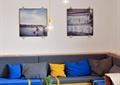 咖啡店,沙发,抱枕,休闲桌椅,植物盆栽