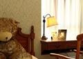 卧室,床,办公桌椅,玩具熊,台灯,窗帘布艺,背景墙