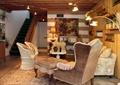 客厅,沙发,椅子,植物架,楼梯,背景墙