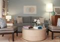 客厅,沙发,茶几,椅子,花瓶插花,背景墙,灯饰