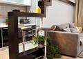 客厅,沙发,背景墙,隔断柜,厨房