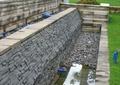 墙体,排水管,植物,卵石