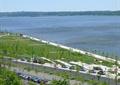 滨水景观,水景,园路,植物,停车场,汽车