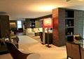 走廊,地面铺装,坐凳,隔断墙,灯具