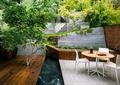 庭院景观,木平台,桌椅组合,矮墙,绿植,景墙