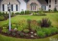 庭院景观,种植池,花卉植物,观赏草,路灯,草坪,园路