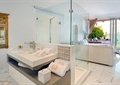 洗澡間,洗手臺,毛巾,玻璃屏風,玻璃窗,沙發