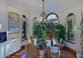 餐廳,餐桌椅,植物盆景,吊燈,櫥柜,窗子,木地板