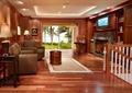客厅,沙发,茶几,木地板,地毯,台灯,栏杆,壁炉