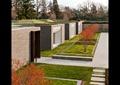 青砖墙,草坪,卵石水沟,预制块汀步,条形石凳