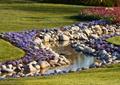 河流景觀,卵石駁岸,花卉植物,草坪
